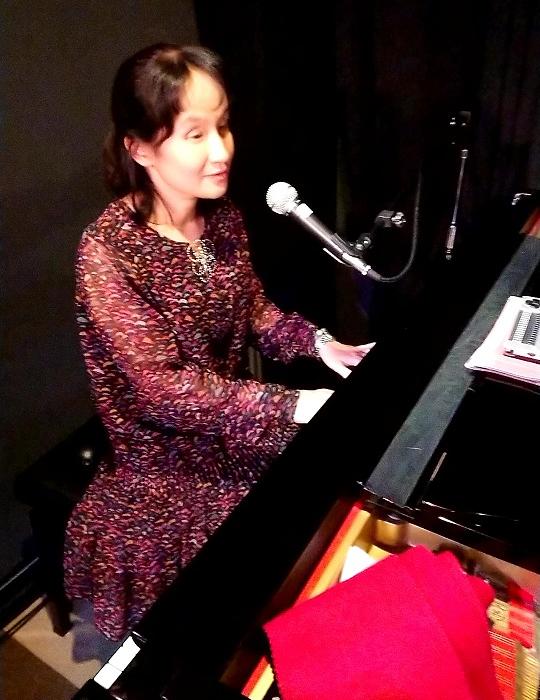 ピアノを弾く大石亜矢子